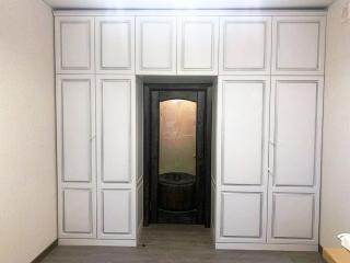 Шкаф вокруг двери