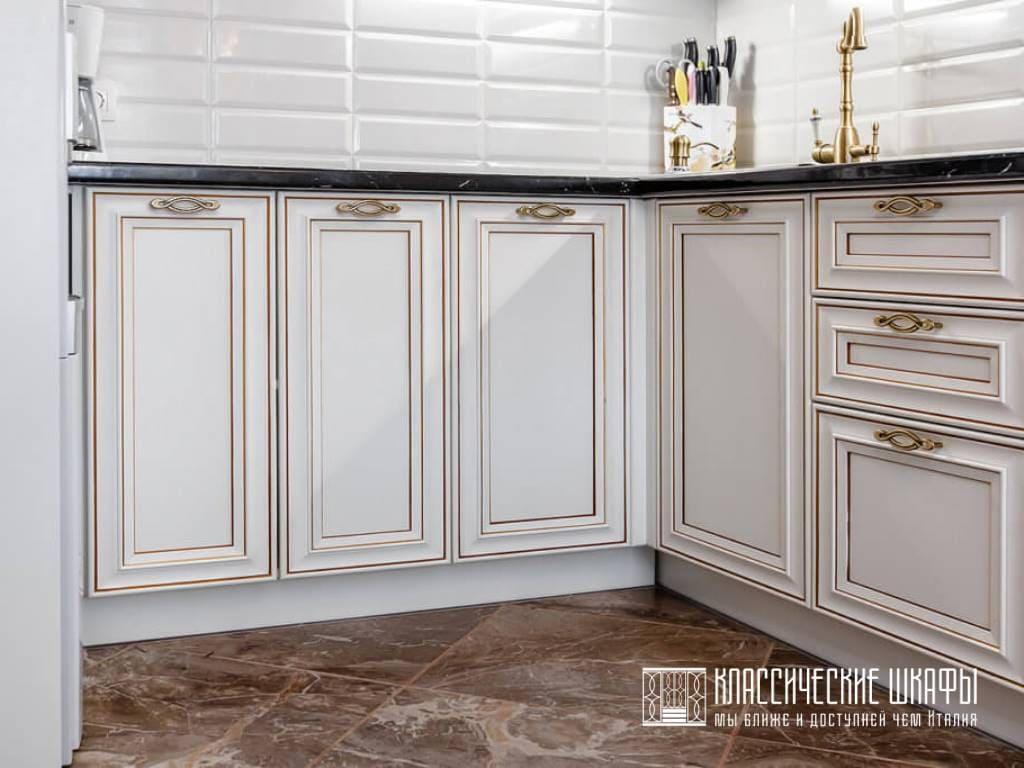 Белая кухня классика с черной столешницей