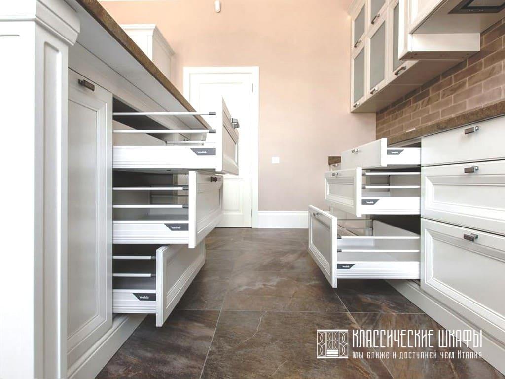 Белая кухня в классическом стиле с островком