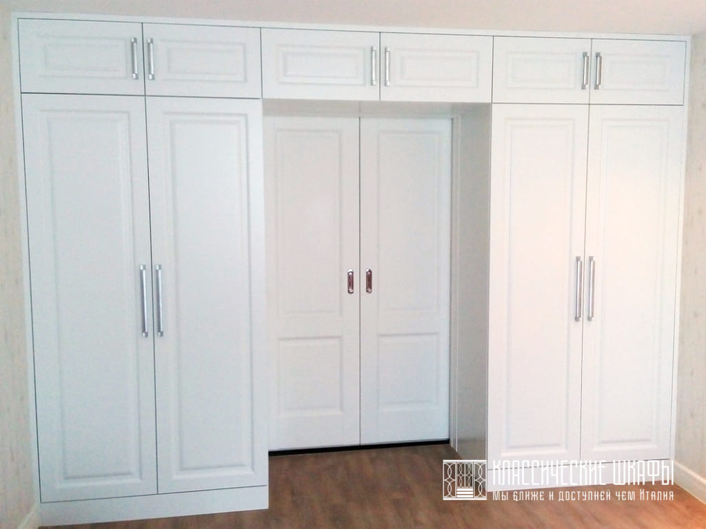 Белый классический шкаф вокруг двери