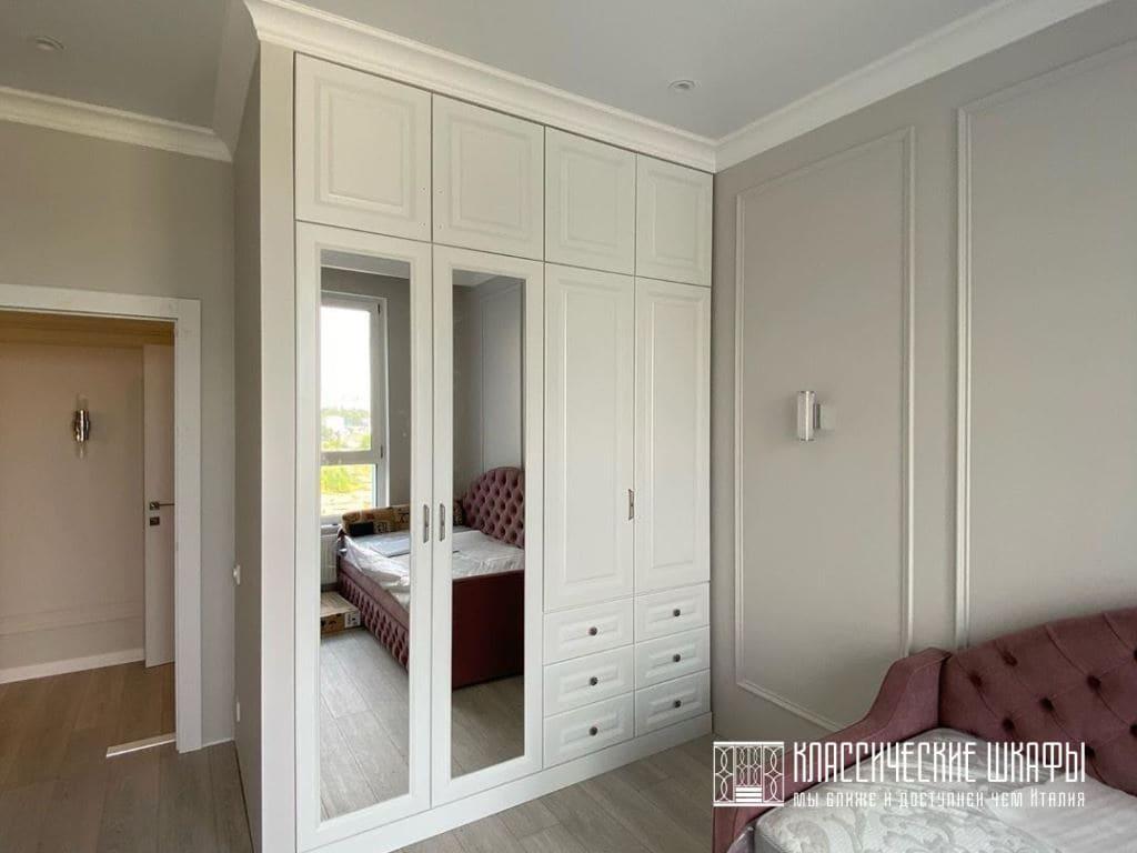 Белый шкаф для спальни в классическом стиле