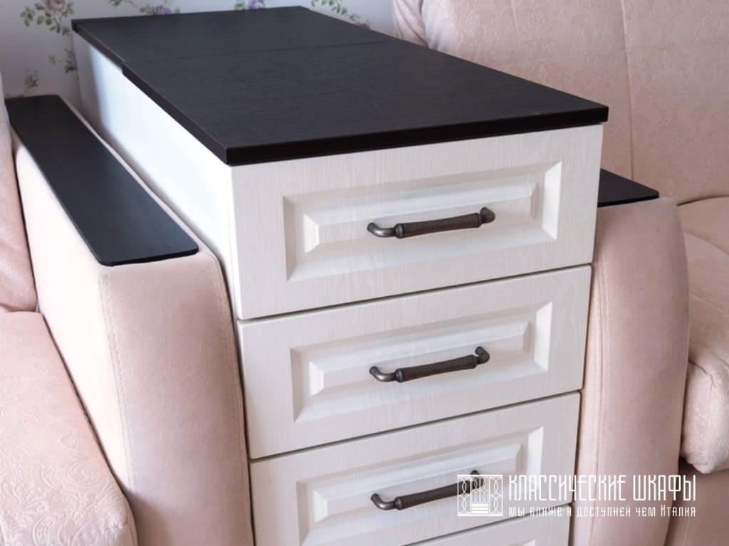 Белый шкаф с тумбами в классическом стиле