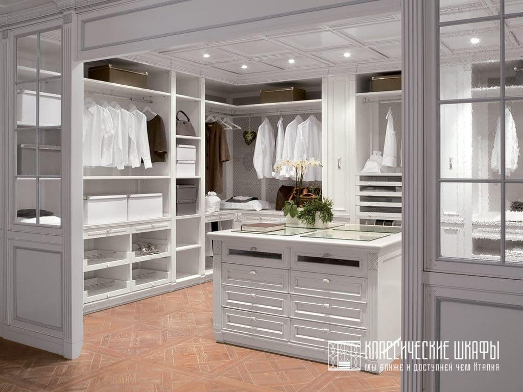 Большая гардеробная комната в частном доме