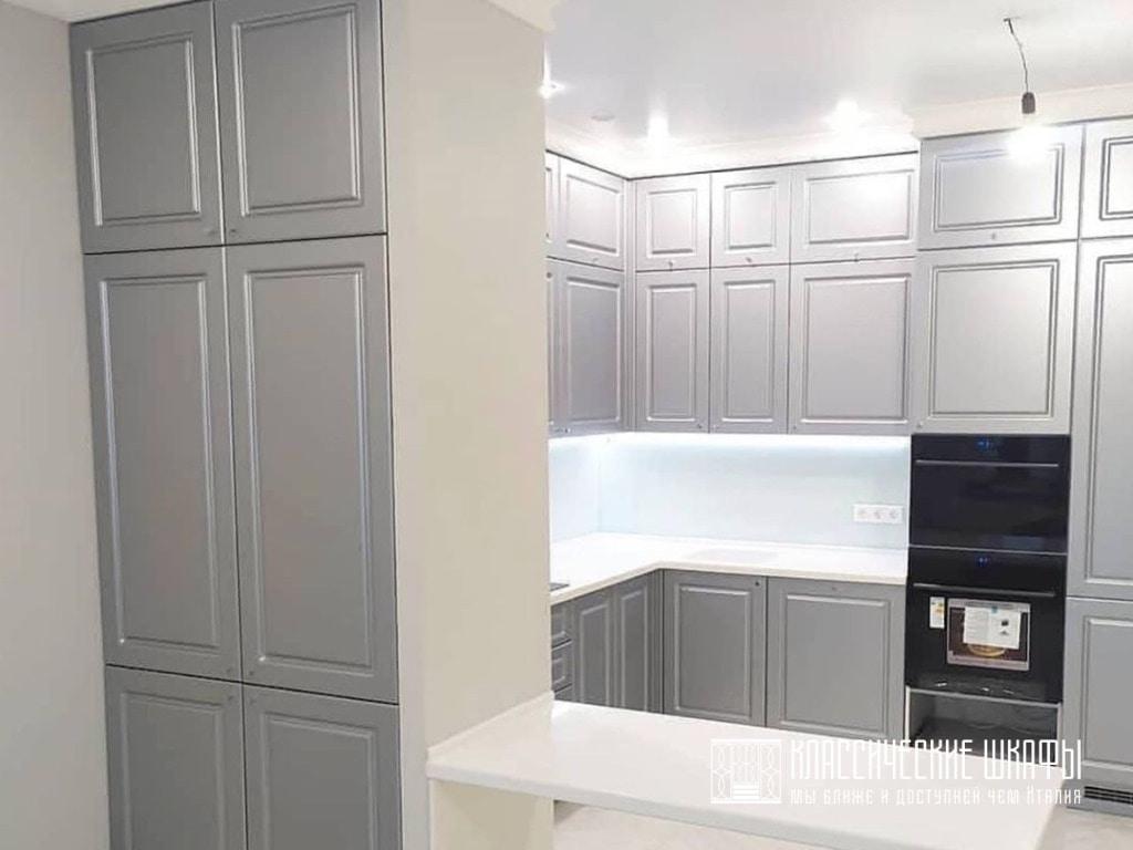Классическая кухня с антресолью до потолка