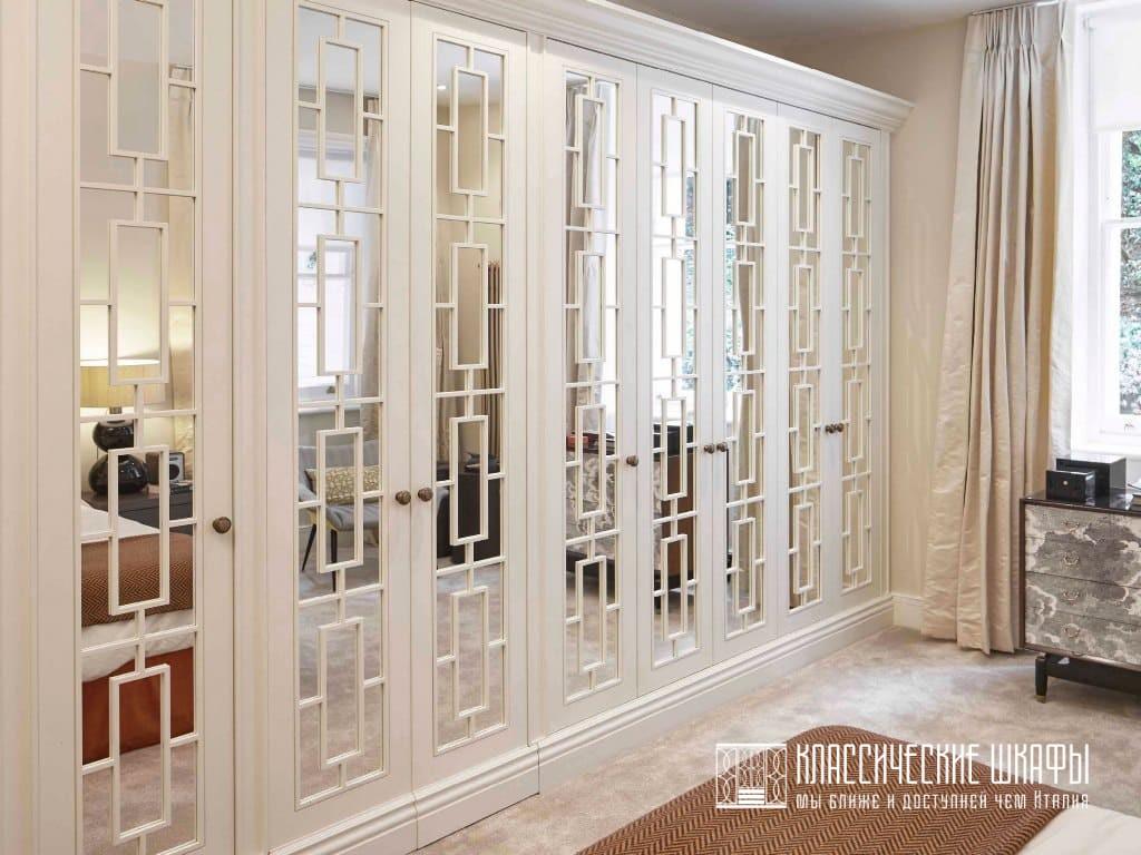 Классические шкафы в частном доме