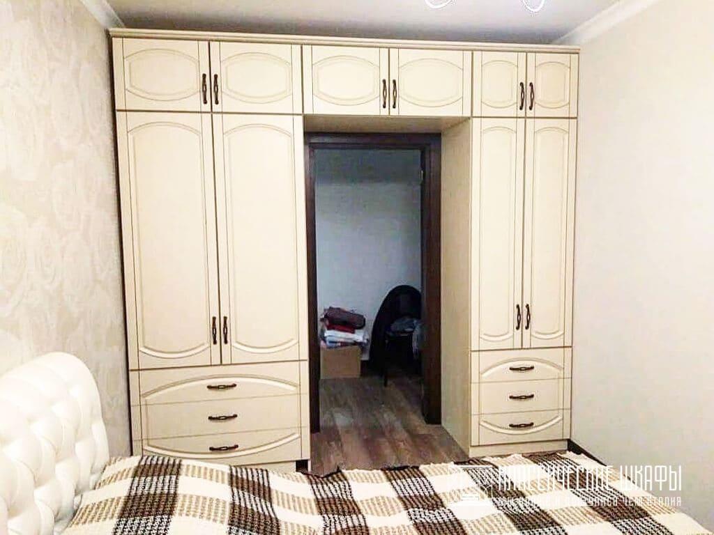 Классический шкаф буквой П вокруг двери