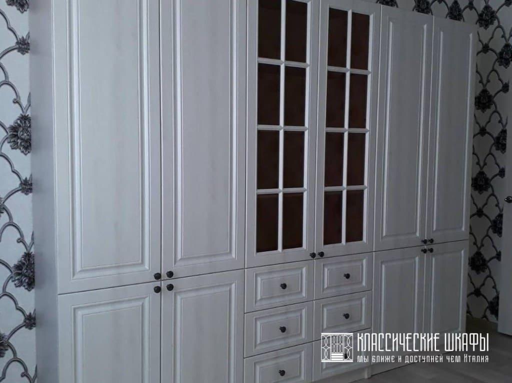 Классический шкаф для гостиной со столом