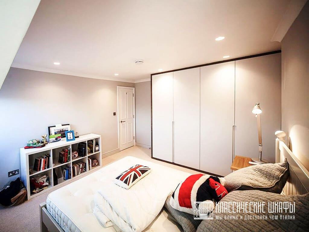 Классический шкаф до потолка в спальню