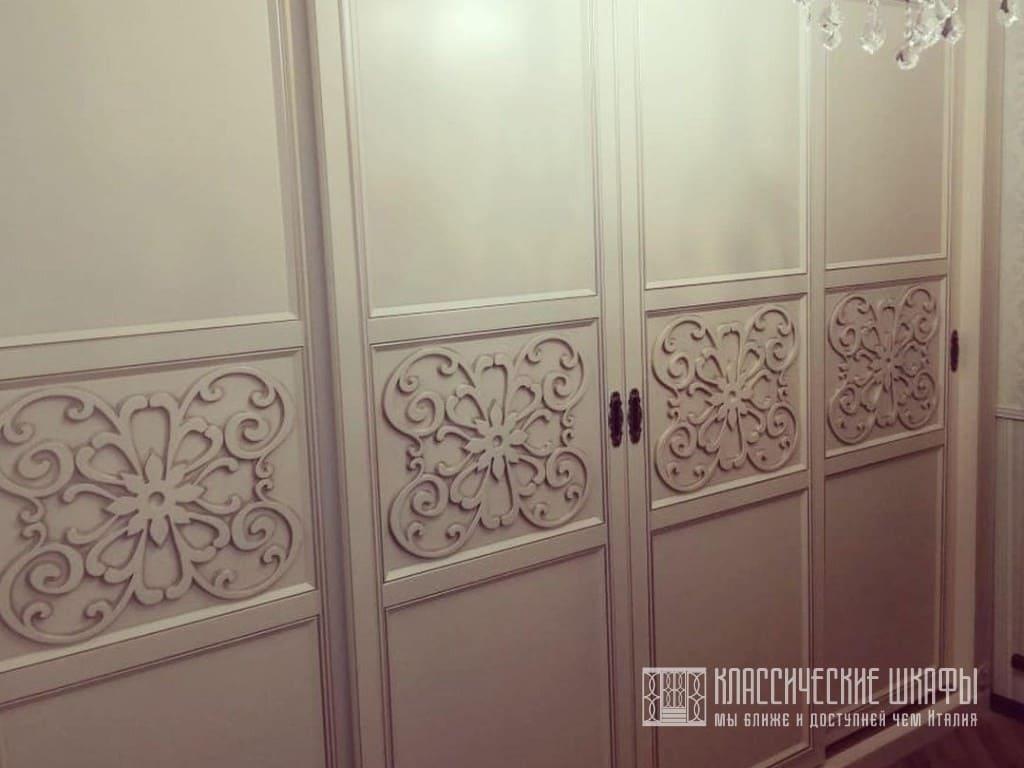 Классический шкаф купе с пилястрами и декорами