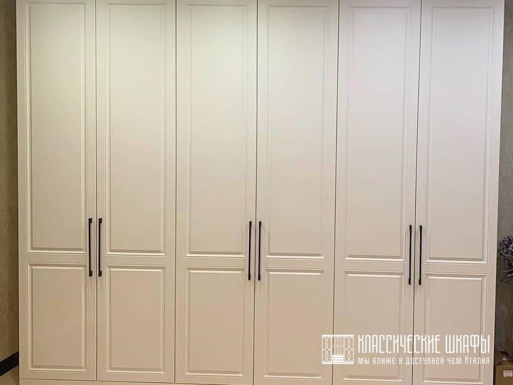 Классический шкаф на заказ для одежды