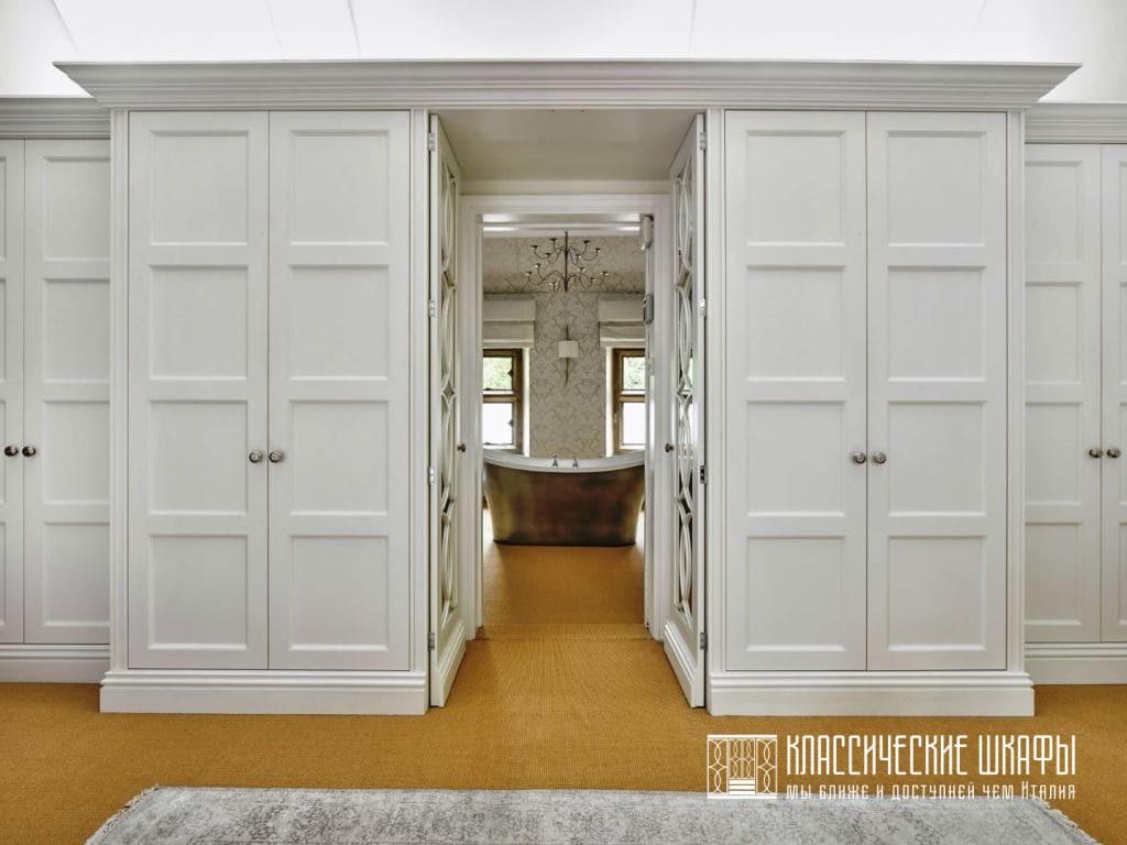Классический шкаф с проходом в комнату