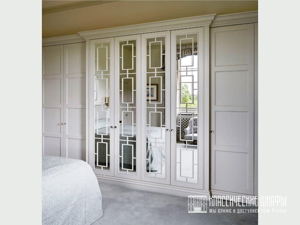 Классический встроенный шкаф белого цвета