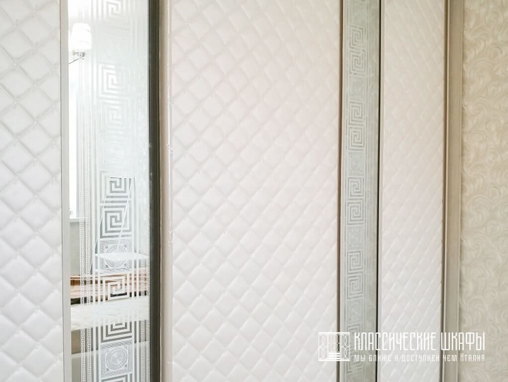 Красивый шкаф купе классический трехстворчатый
