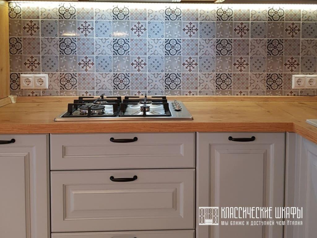 Кухня в классическом стиле в светлых тонах