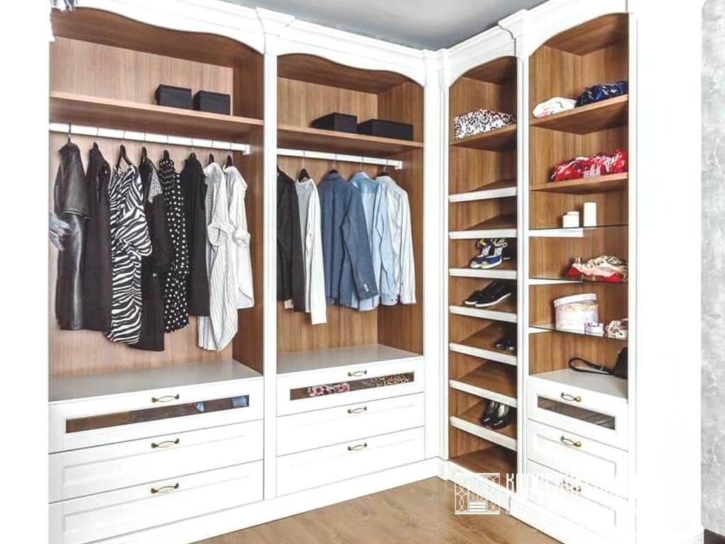 П-образная гардеробная в классическом стиле