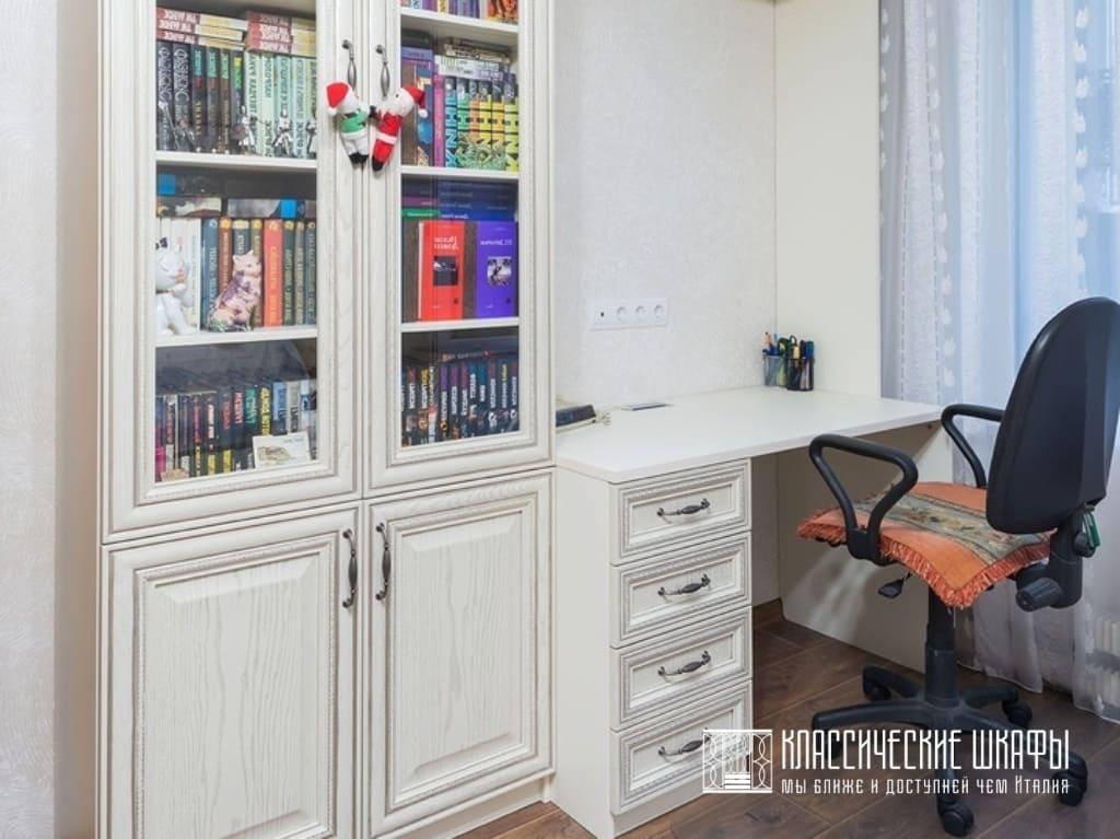 Шкаф для книг со стеклянными дверцами классический