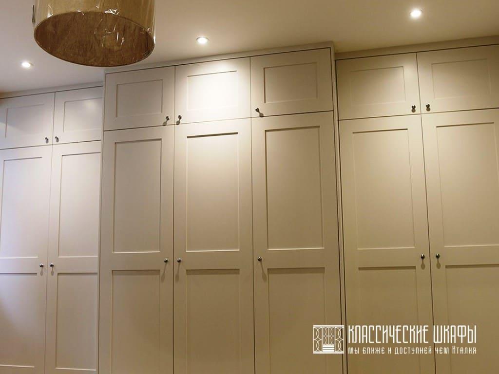 Шкаф во всю стену для одежды в классическом стиле