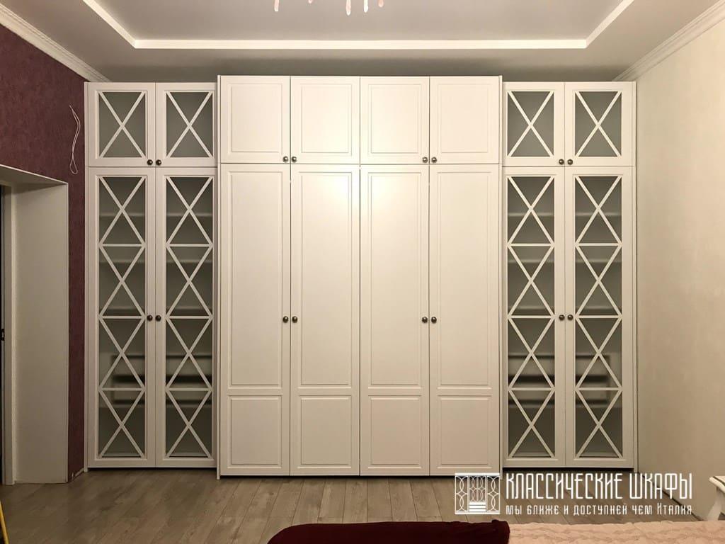 Шкаф гармошка во всю стену в классическом стиле