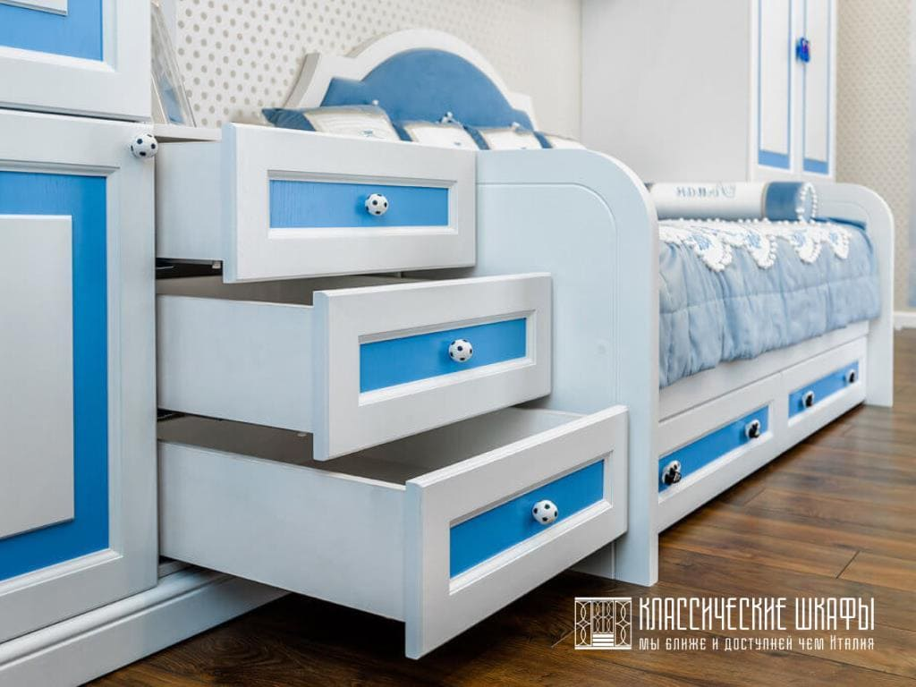 Шкаф классический в детскую для мальчика