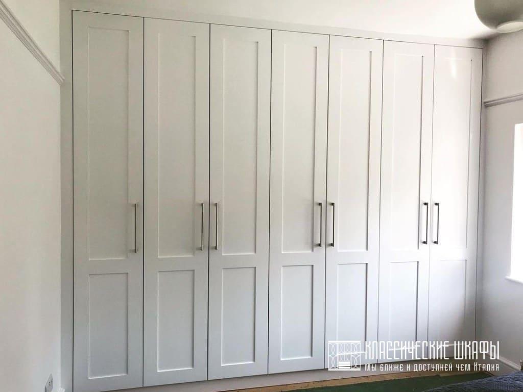 Шкаф классический в комнату между стен