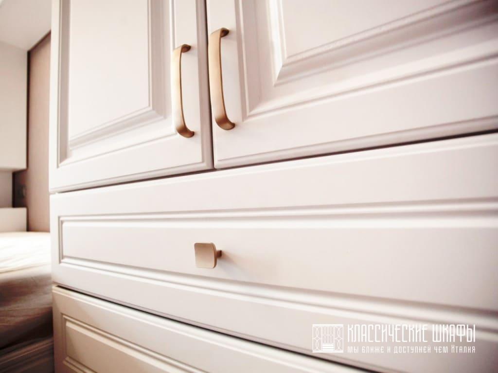 Шкаф классический в спальню вокруг кровати