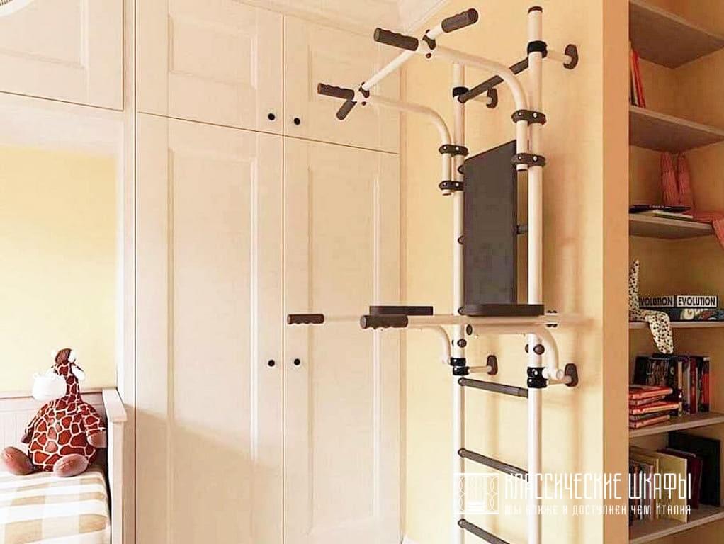 Встроенный Г-образный шкаф вокруг кровати в детской
