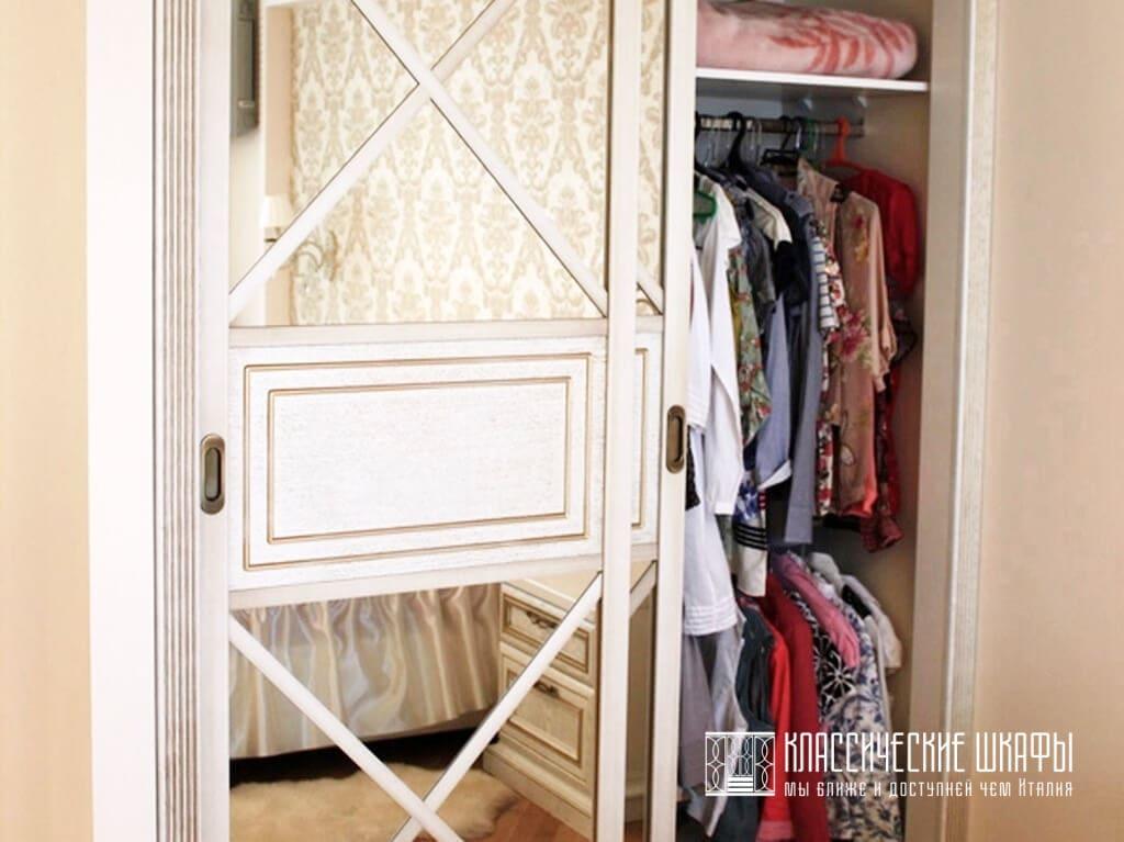 Шкаф купе неоклассика в нише спальни