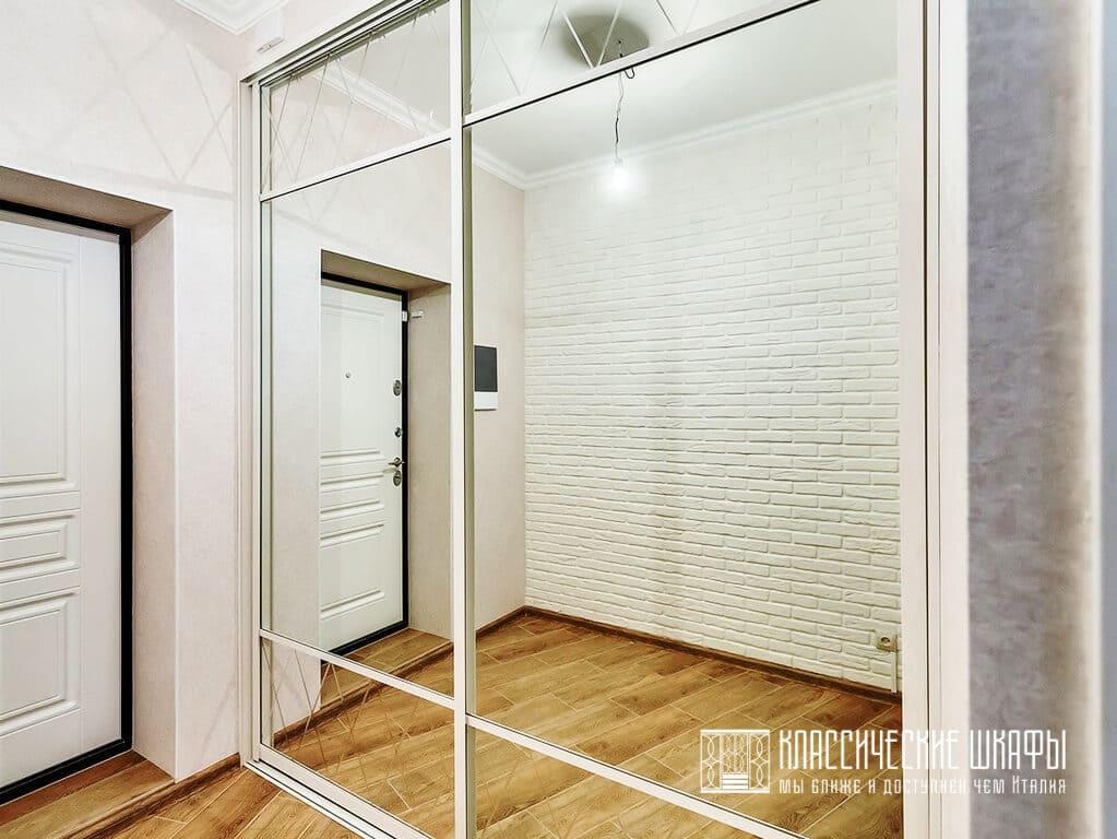 Встроенный в коридоре шкаф купе с широкими зеркалами