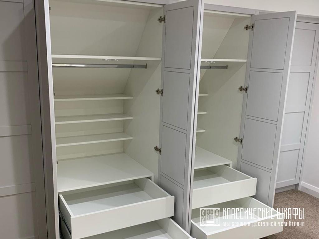 Шкаф на заказ неоклассика встроенный на мансарде