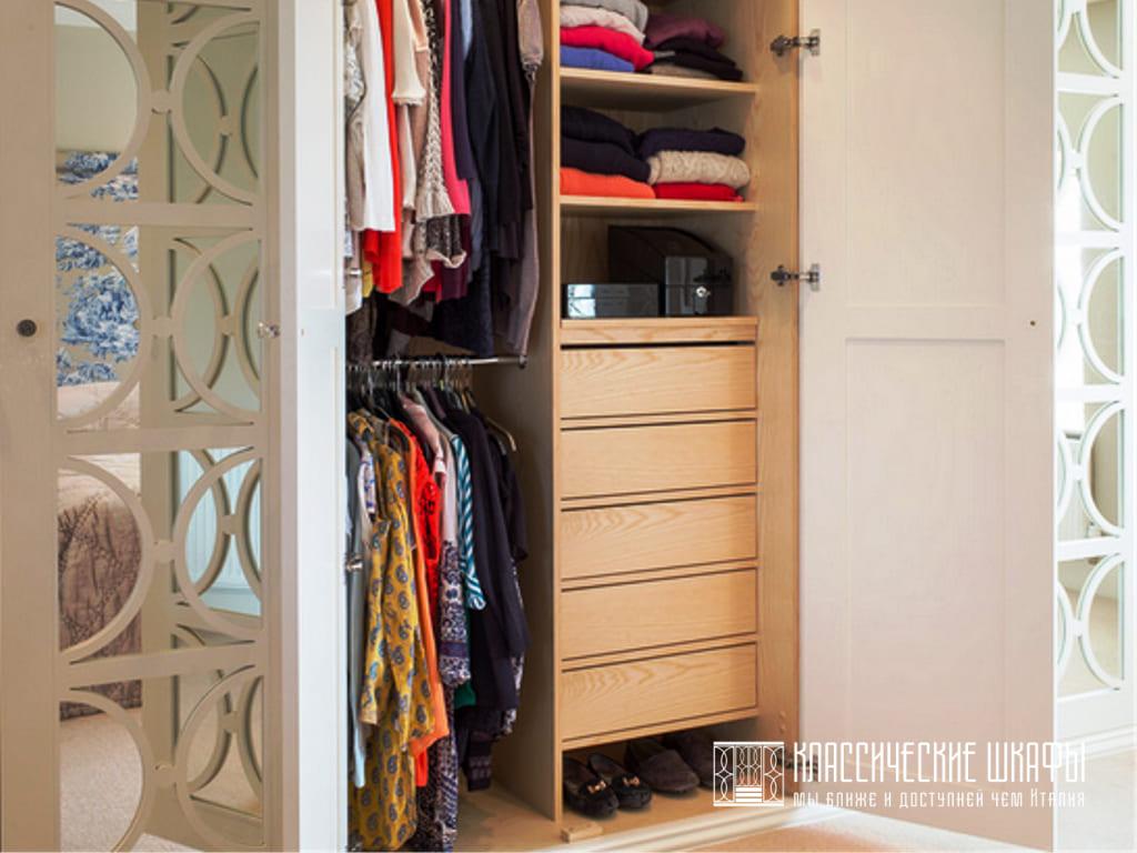 Шкаф неоклассика для одежды в спальню