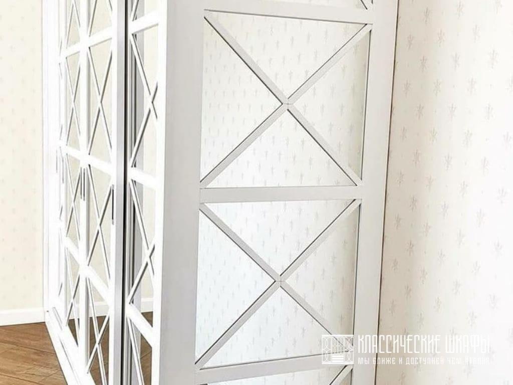 Шкаф неоклассика с зеркалом четырехдверный