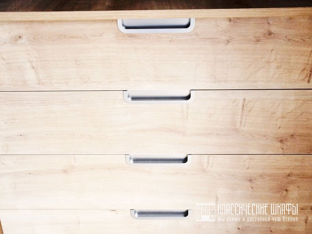 Шкаф с интегрированными ручками из дерева