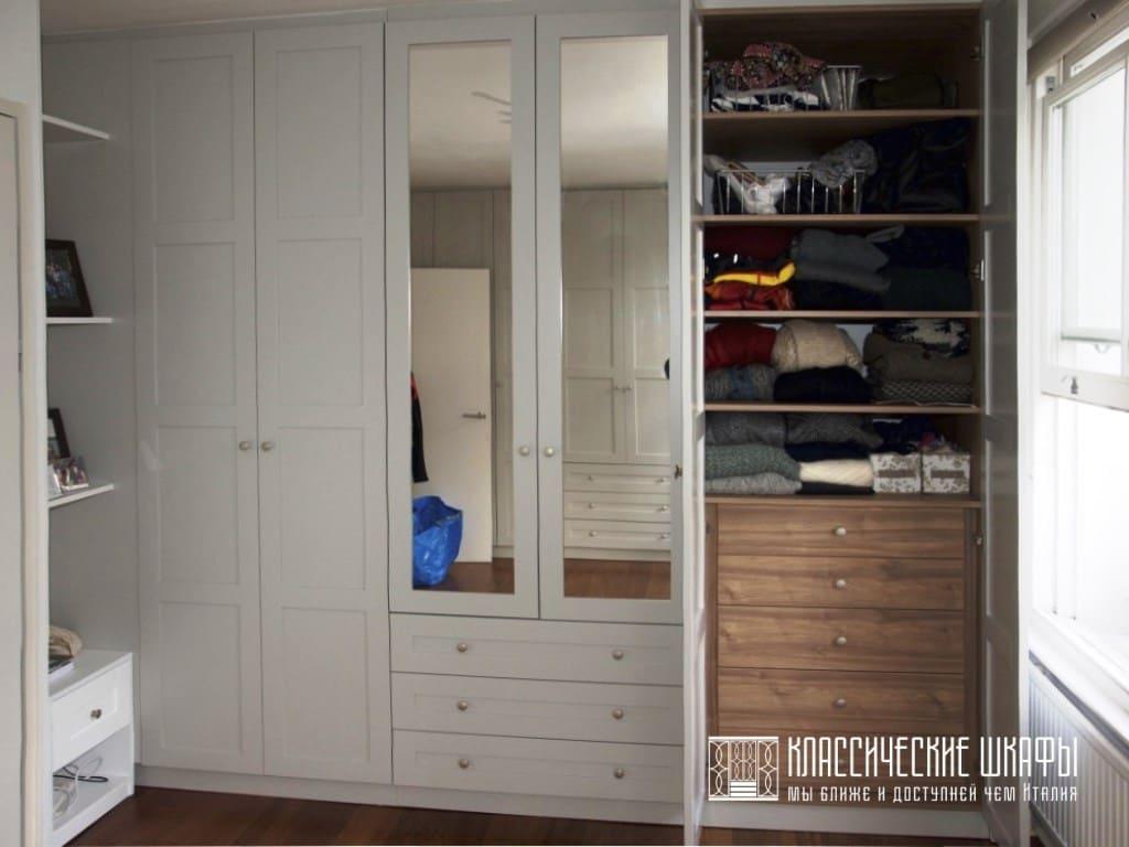 Шкаф в классическом стиле с ящиками и полками