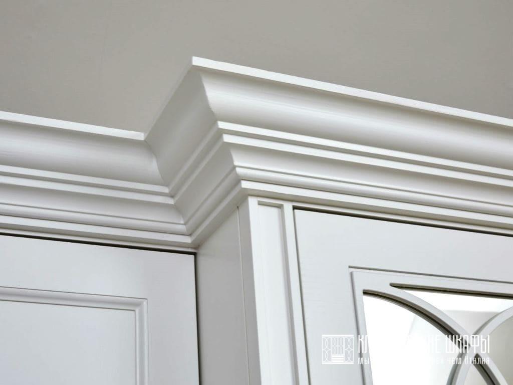 Шкаф в классическом стиле во всю стену