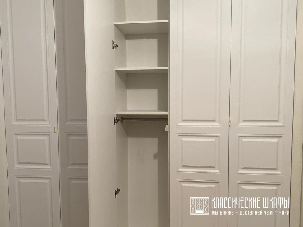 Шкаф в прихожую классический встроенный