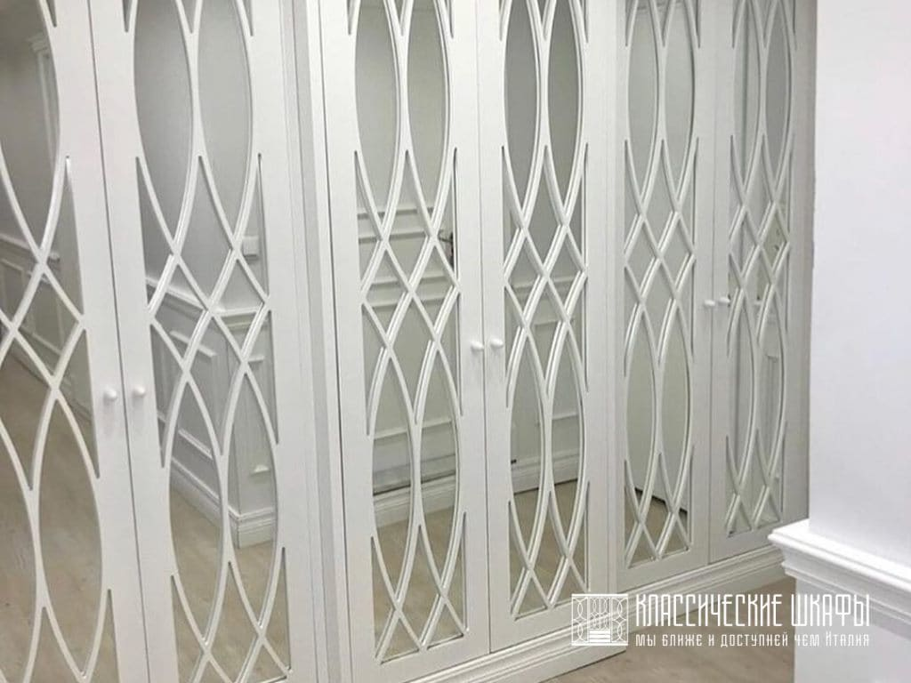 Шкаф в прихожую в современном классическом стиле