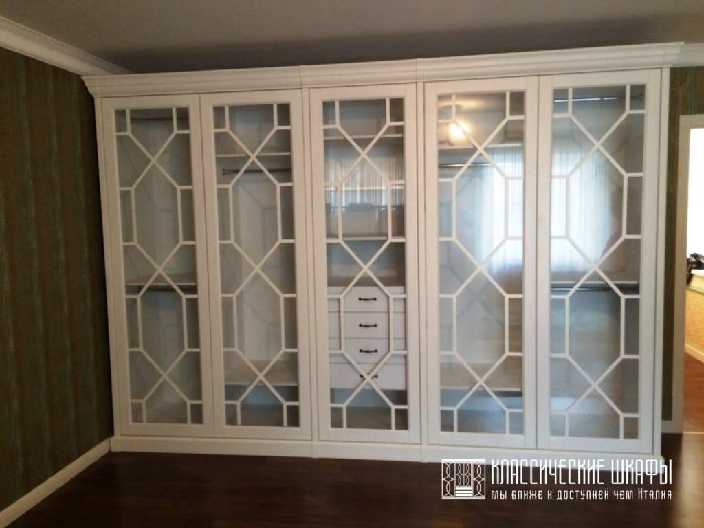 Шкаф в стиле неоклассика белый со стеклом