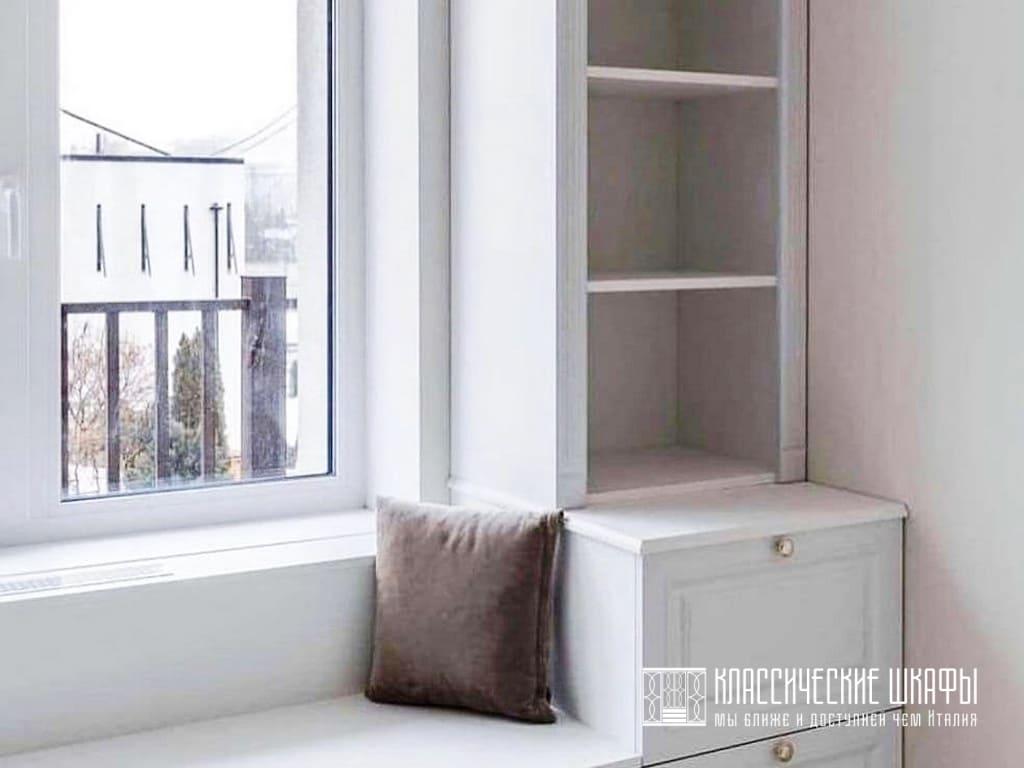 Шкаф вокруг окна в классическом стиле