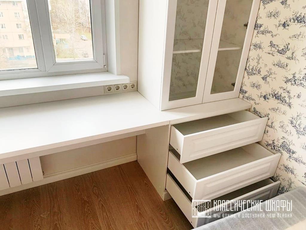 Шкафы классика вокруг окна со столом