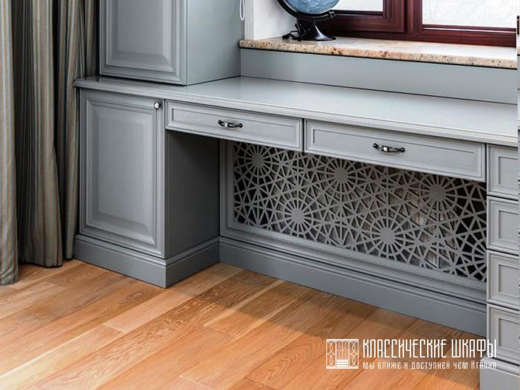 Шкафы пеналы классика со столами у окон