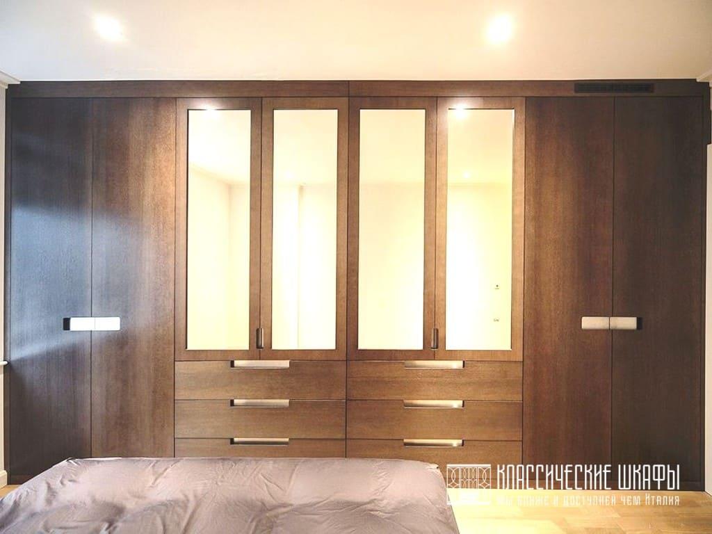 Шпонированный шкаф в классическом стиле