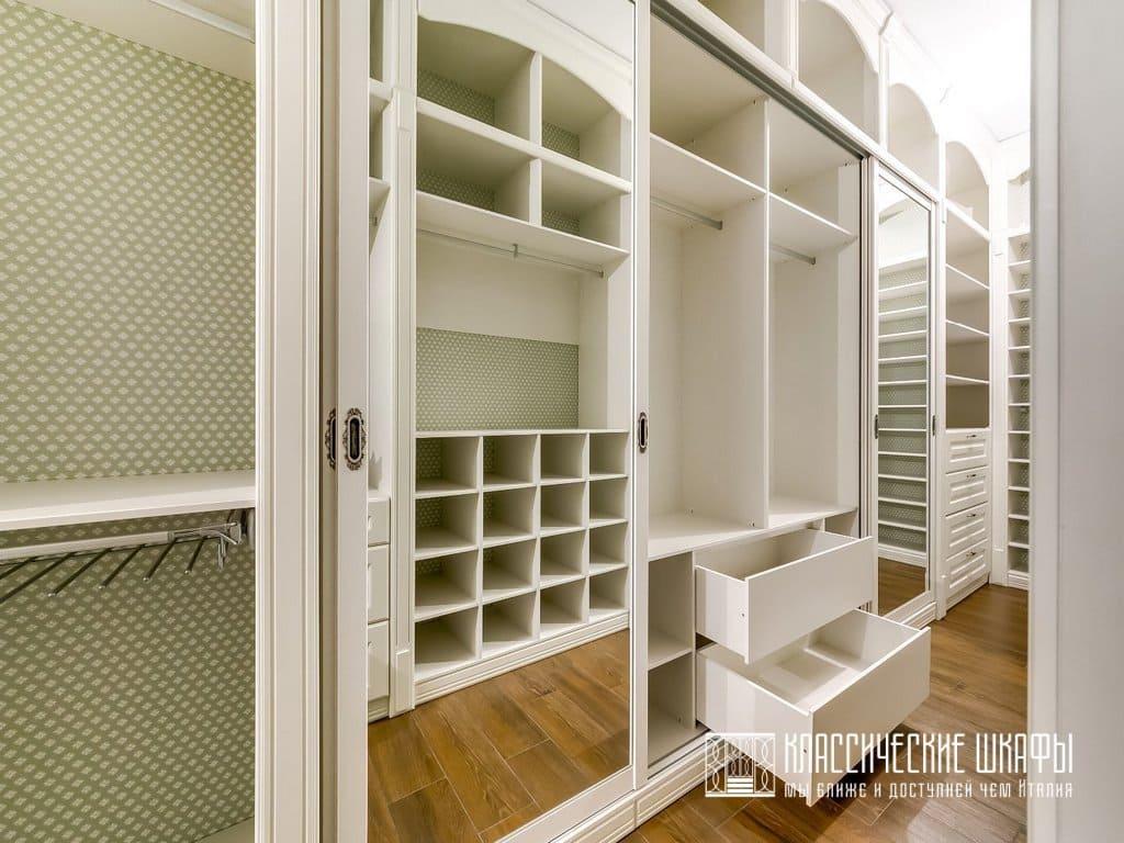 Современная классическая гардеробная комната