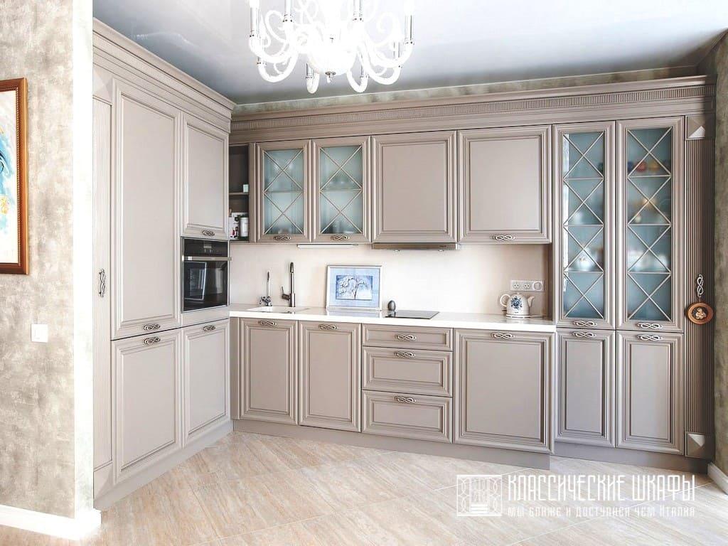 Современная угловая кухня в стиле неоклассика