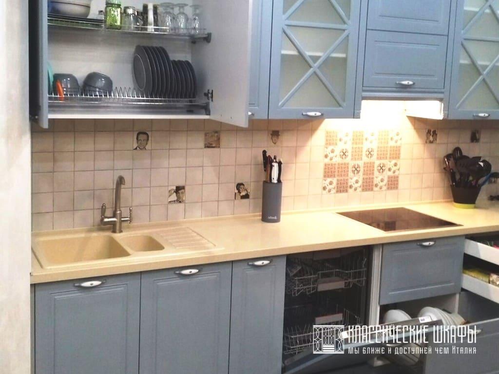 Угловая классическая кухня с колонной на заказ