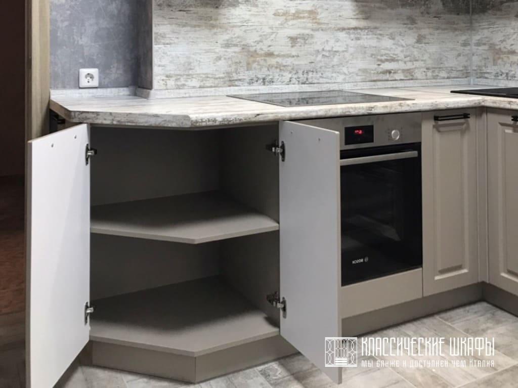 Угловая кухня со скошенным углом классика