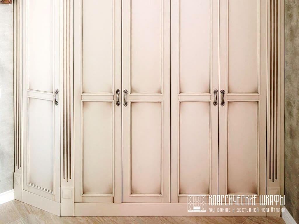 Угловой классический шкаф в прихожую