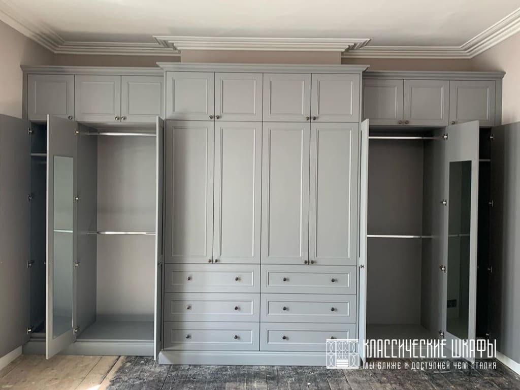 Встраиваемый классический шкаф серого цвета