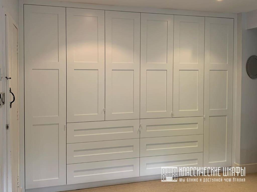 Прямой встраиваемый белый шкаф классический на заказ