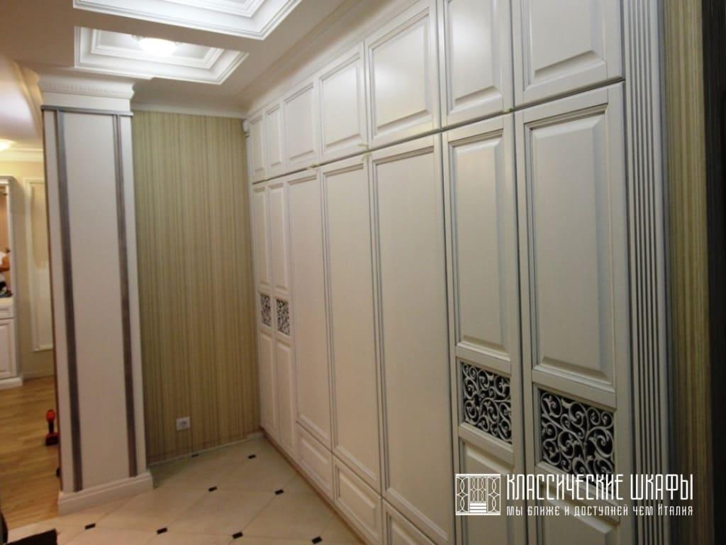 Встроенный шкаф на заказ классическом стиле