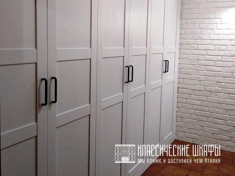 Встроенный шкаф в классическом стиле в прихожей